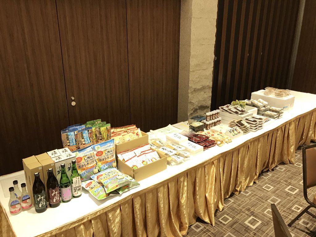 会場の後ろでは、箕輪町の名産品が販売されています。