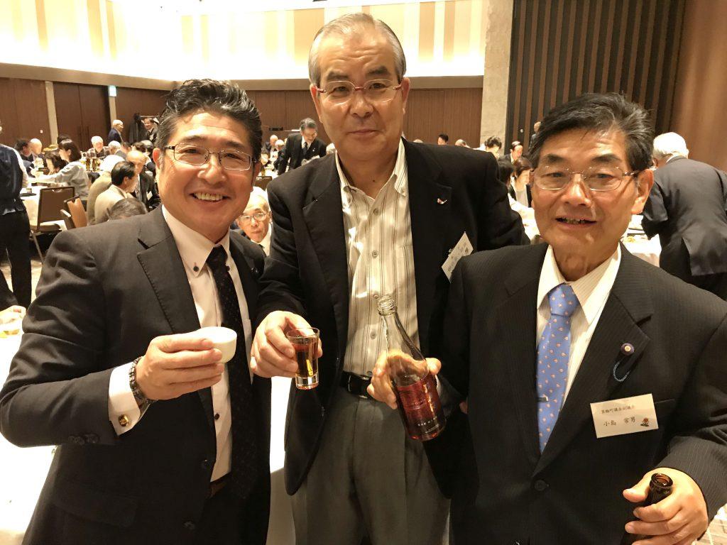 左から、萩原省三町議会議員、笠原重厚東京箕輪会副会長、小島常男町議会副議長(2017年)。